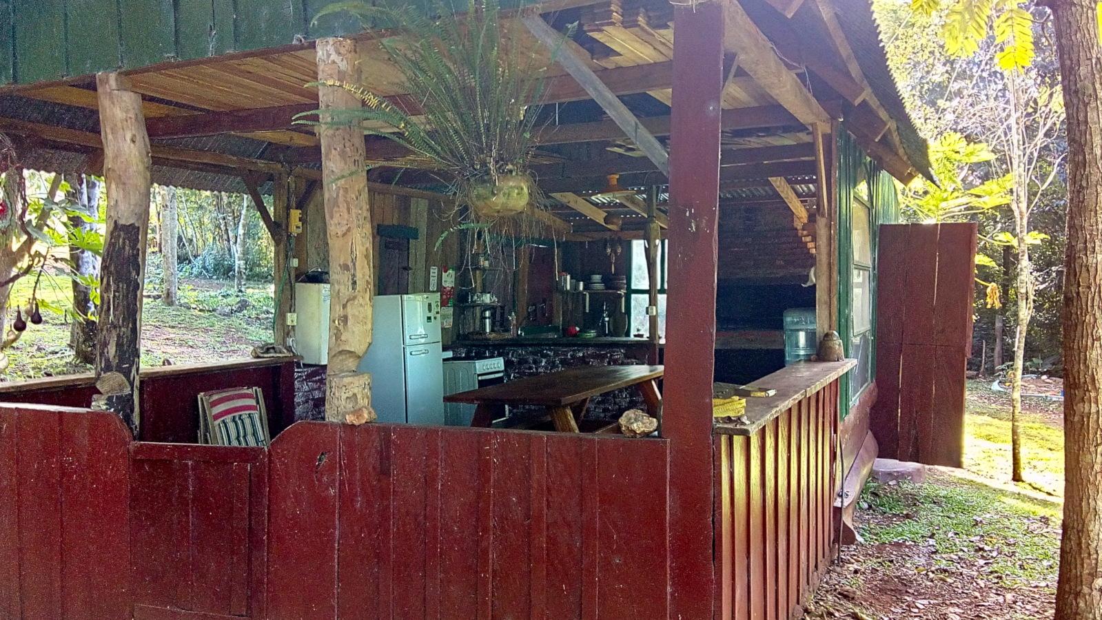 Parrillero, heladera, comedor al aire libre en cabañas Buena Vista. El Soberbio, Misiones