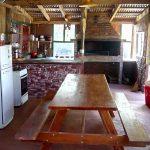 Parrillero, cocina, heladera, comedor al aire libre en cabañas Buena Vista. El Soberbio